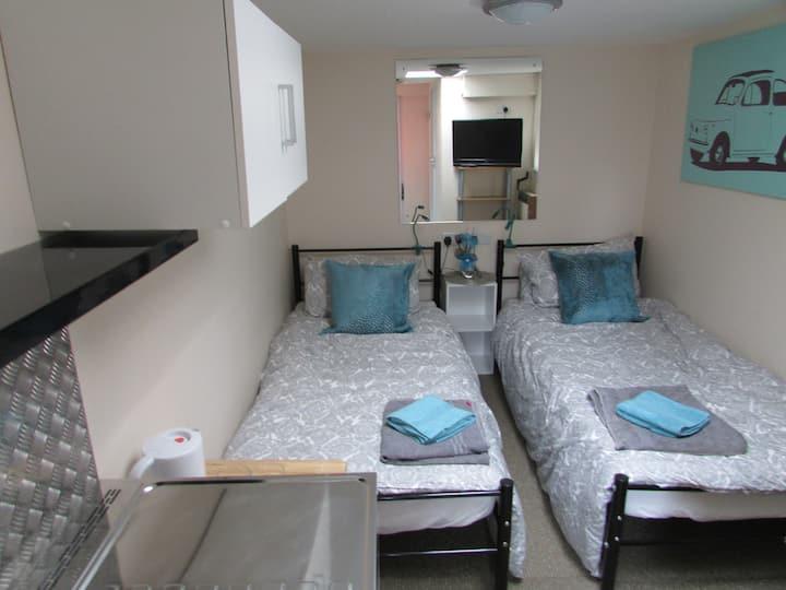 Two bed en-suite annex, close to city.