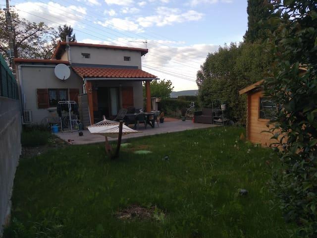 Petite maison, prox centre ville, qurtier paisible
