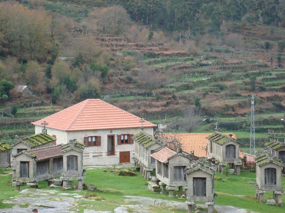 Casa dos Espigueiros (view from the Castle)