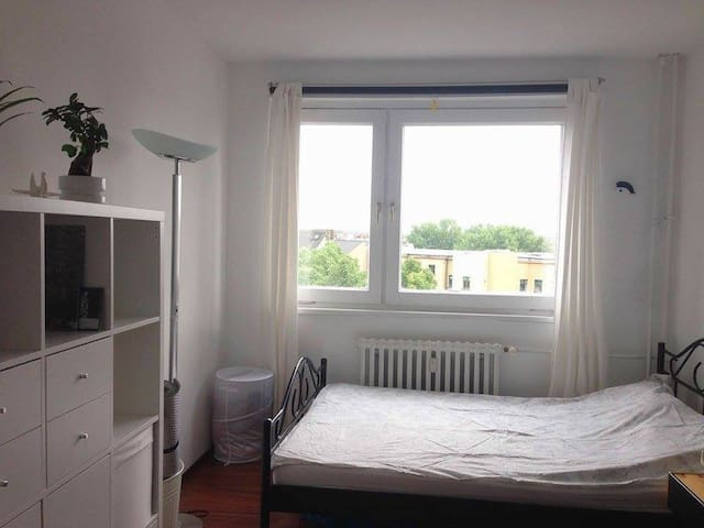 Cosy+bright room in central Kreuzberg rooftop view