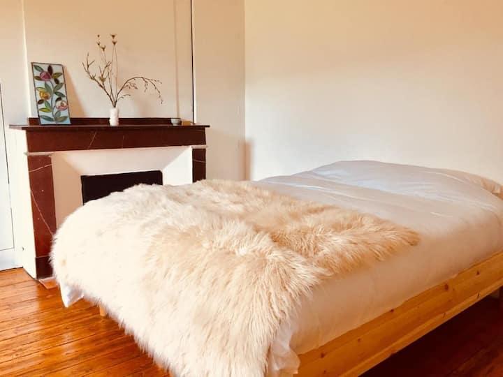 Chambre lit double dans belle maison commingeoise