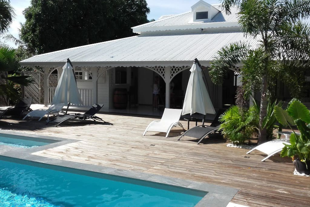 Aperçu jour piscine, deck et terrasse couverte (50 m2)