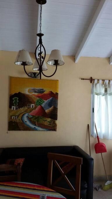 Sala de estar , iluminada y ventilada con sillón de dos cuerpos,