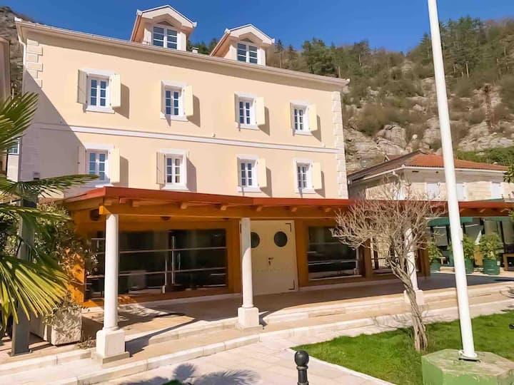 Entire floor of Butique Hotel (5 separate rooms)
