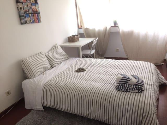 Nice and Comfy Private Room, Central Location - Porto - Leilighet