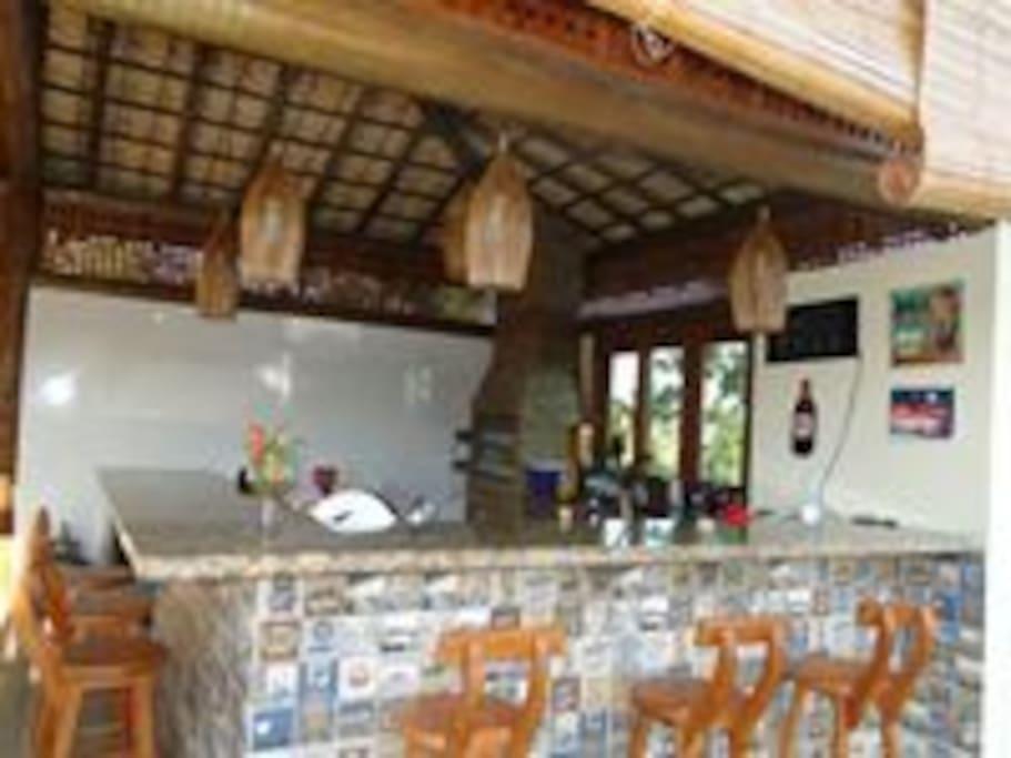 área de churrasqueira, com cozinha completa e armários