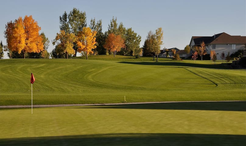Private Lower Level 1or2 BR on BeautifuGolf Course - Huntley - Hus