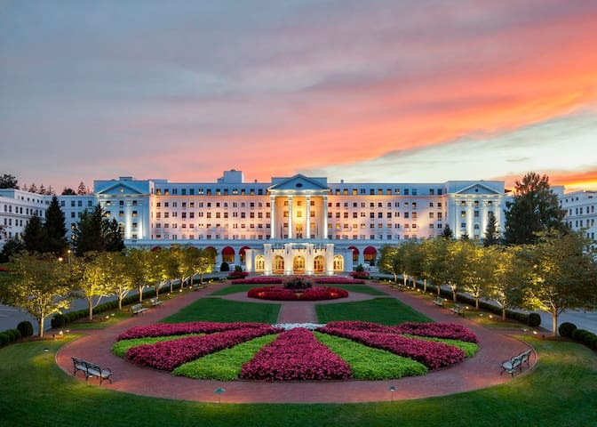 The world famous Greenbrier Resort is just up the road and across the street. Many awesome restaurants, bars, and shopping!