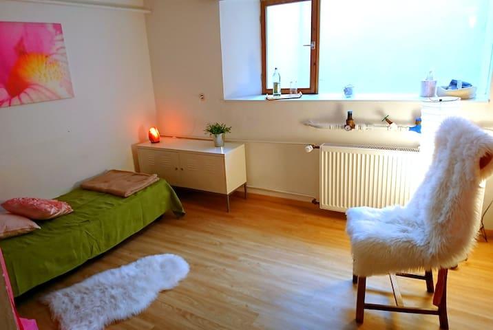 Gemütliches Zimmer mit Fitnessraum und eigenem Bad