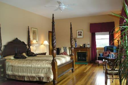 Coppertoppe Inn and Retreat - Garnet Suite