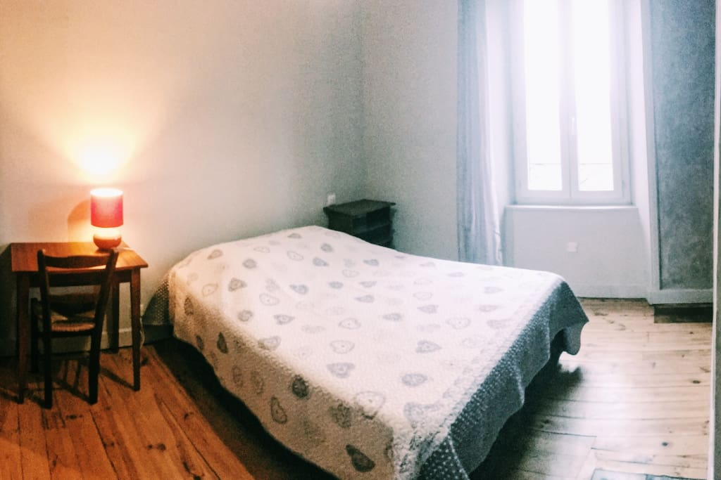 Deuxième chambre, lit double + rangements