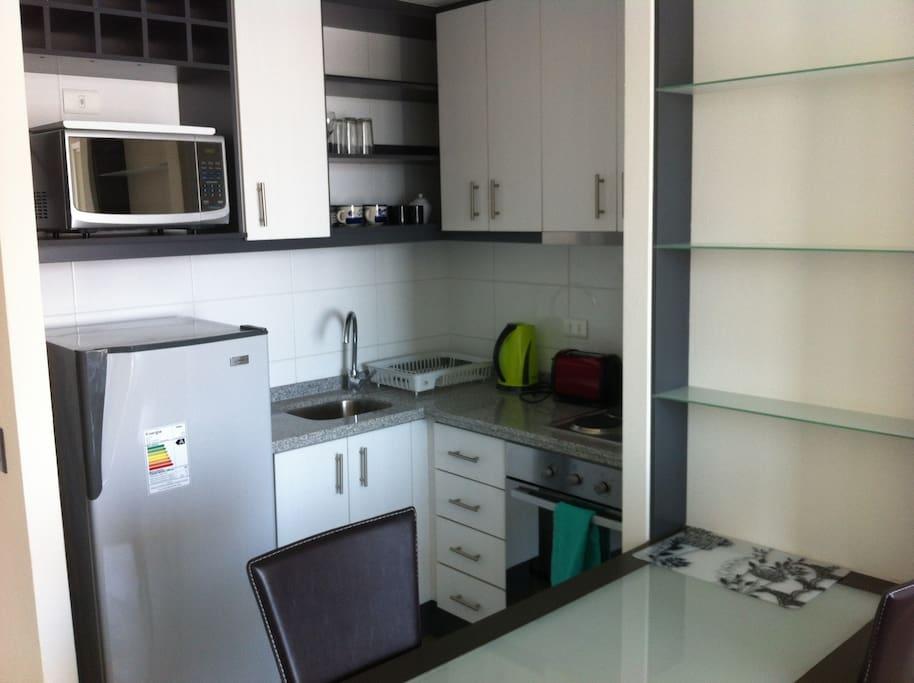 Cocina y Horno Eléctrico , Hervidor de Agua , Tostadora de Pan, Refrigerador , Microondas y Vajilla
