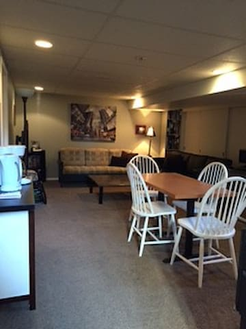 Comfy, Private, 2 Bdrm Suite - Winnipeg - Casa
