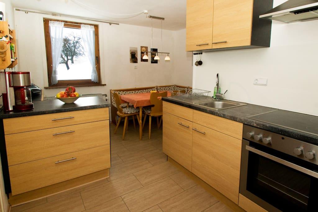 Viel Platz zum Kochen in der geräumigen Wohnküche
