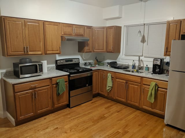 1.5 Bath/1200 SF/0.4 mi to subwy, free parking 2BR
