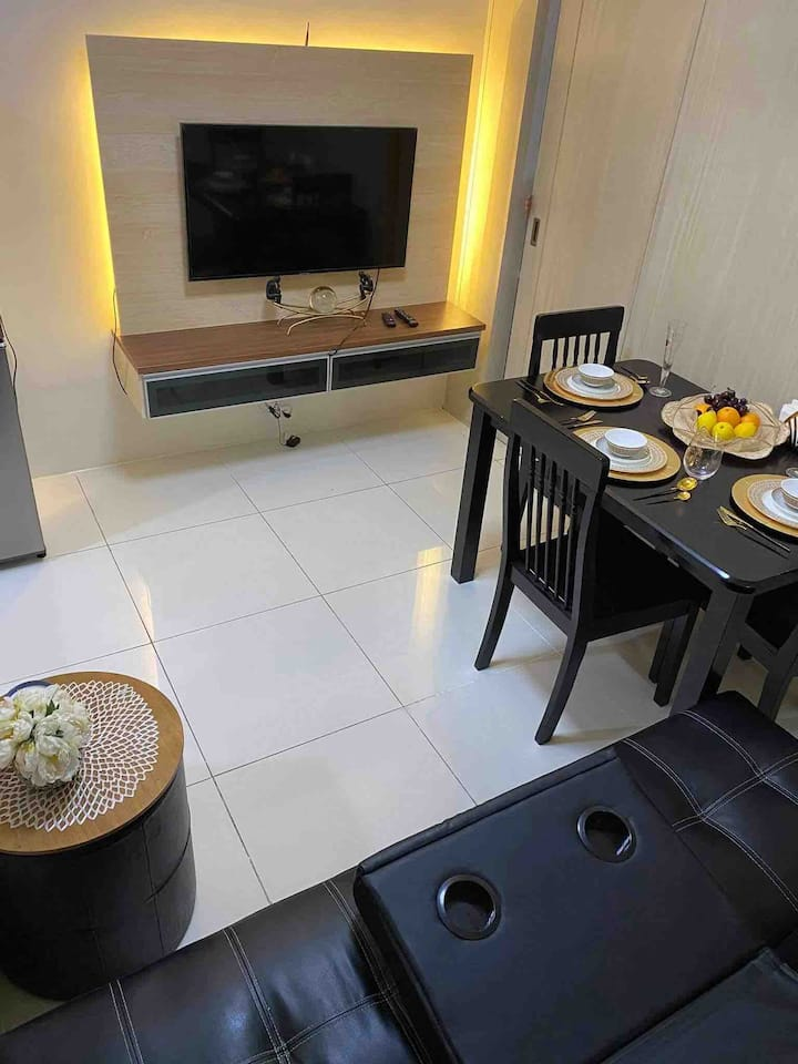 1BR Flat furnished w/ prkng , pool & gym access.