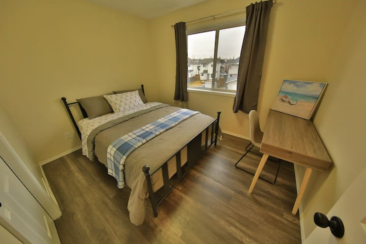 Comfy queen bed nearby airport w/breakfast!