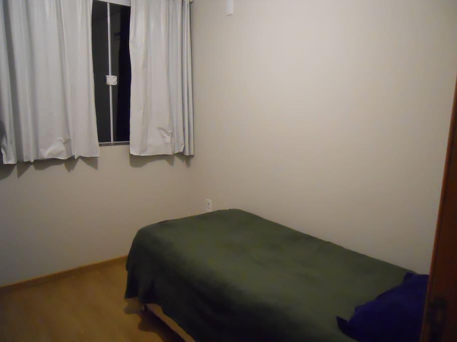 Stanza da letto con vista per la finestra / Quarto com vista janela.