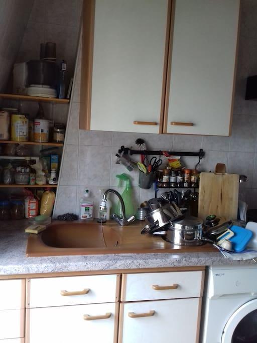 Cuisine équipée (évier, plaques électriques, réfrigérateur et congélateur).