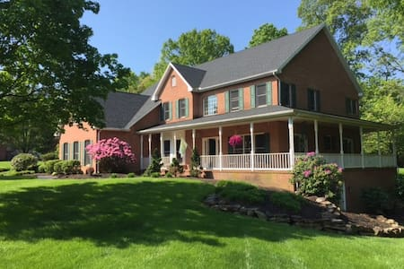 Beautiful 4 bedroom estate home sleeps 10