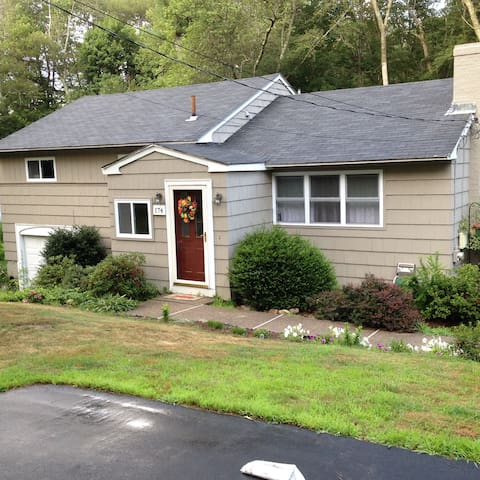 Pleasant Place Home- 5 min from train into Boston - Millis - Casa