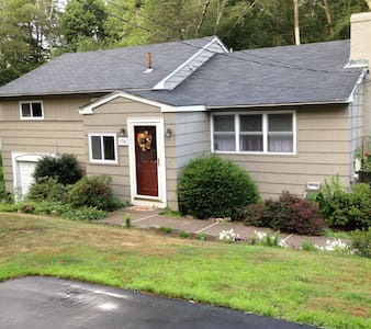 Pleasant Place Home- 5 min from train into Boston - Millis - 獨棟
