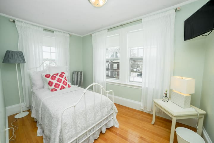 Twin bedroom with trundle with ocean view and Smart TV.