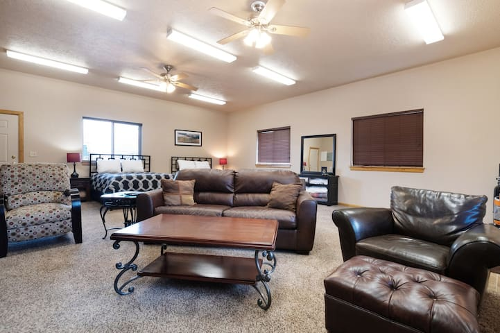 Spacious studio in the heart of Garden City - steps to dining & beaches!