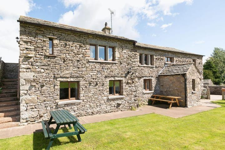 Spacious 4 Bed family home with Hot Tub.