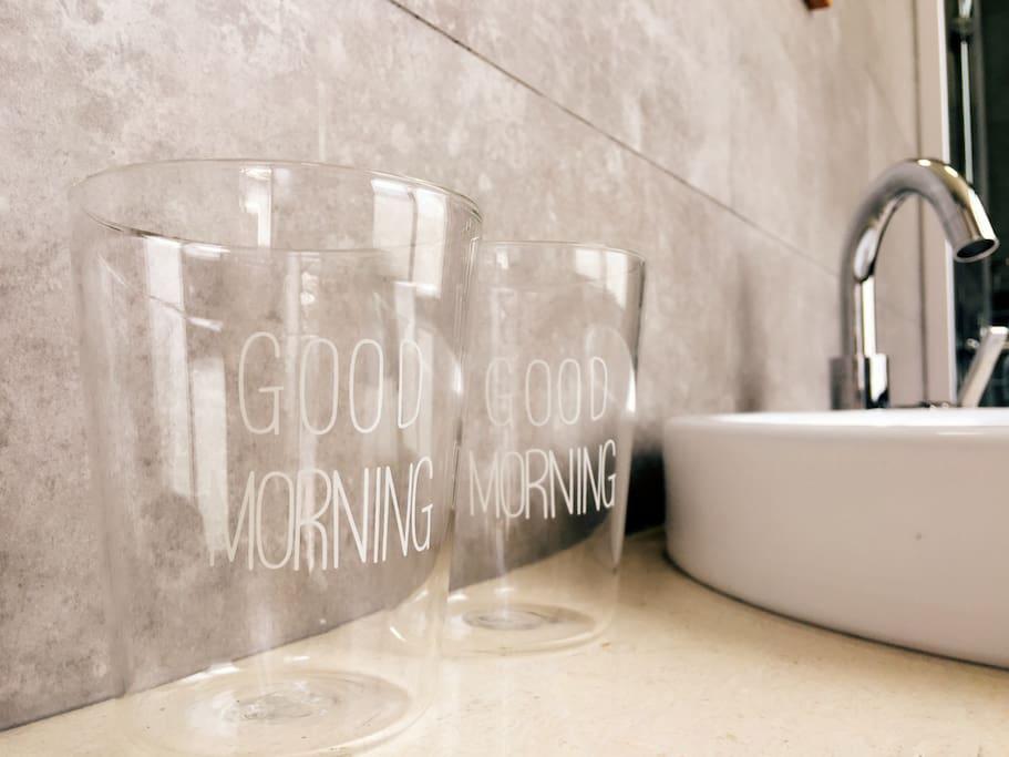 近期流行的Good Morning呗 我们也采购来当做刷牙杯咯!