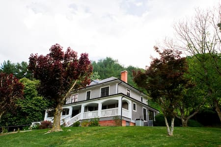 Cane Creek Farmhouse-Fully Modernized Historic Farmhouse-Luxury & Views!! - Fletcher