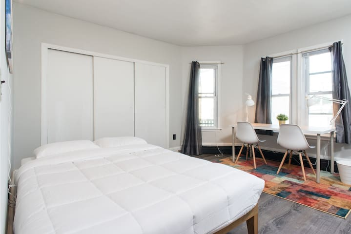 MinimalistStays™ ♛ Lux Dowtown Flat ♛ Queen Bed #3