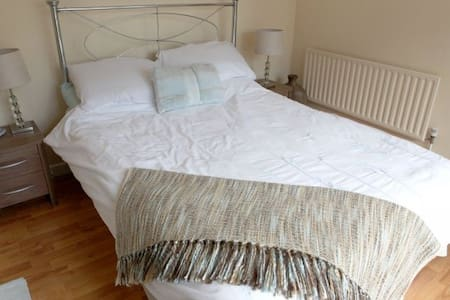 Avalon Guest House Double Bedroom - Bed & Breakfast