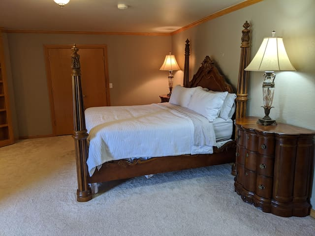 Guest Bedroom- King Bed with Onsuite