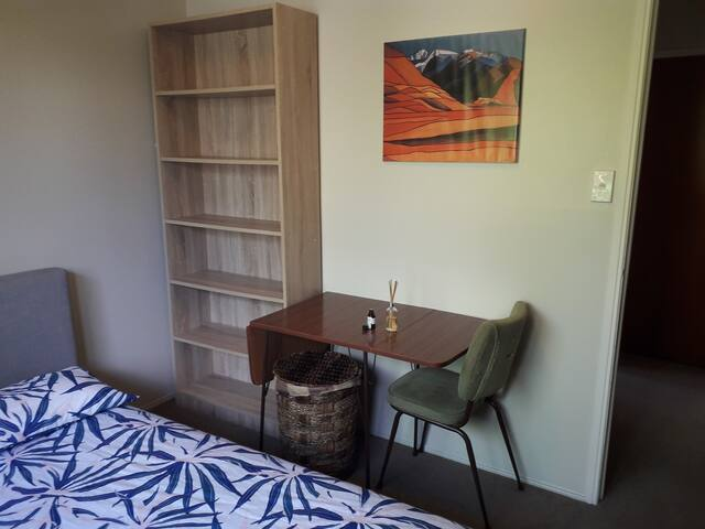 Double bedroom next to city centre_Epsom