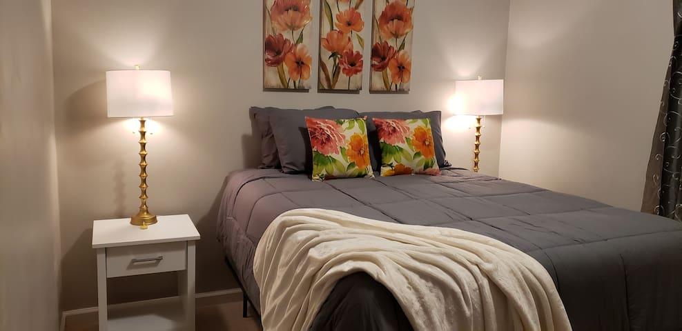 Master Queen Bed w/ comfy hybrid Queen mattress