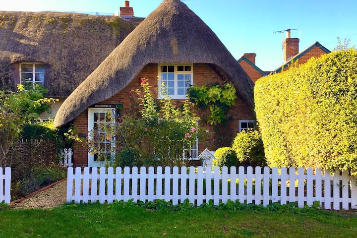 Pretty Grade II Thatched Cottage near Winchester