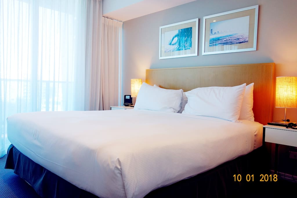 Main bedroom. Sunny, clean and spacious, linen comfortable 主卧:阳光充足,整洁宽敞,布草舒适(Super King Size)