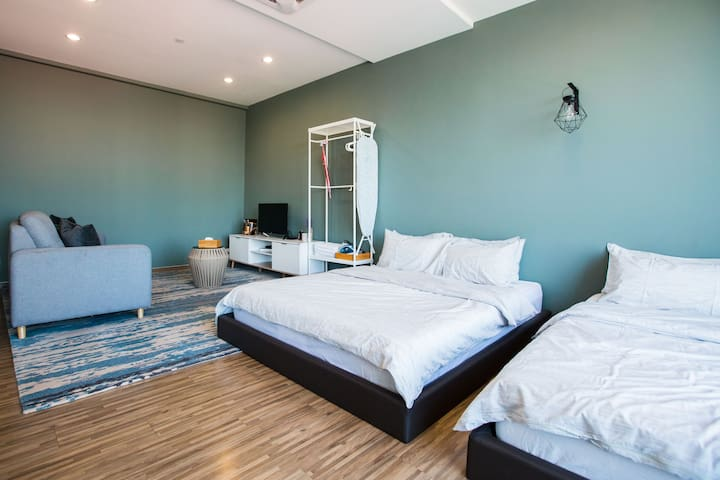 a cozy studio room come with two queen bed