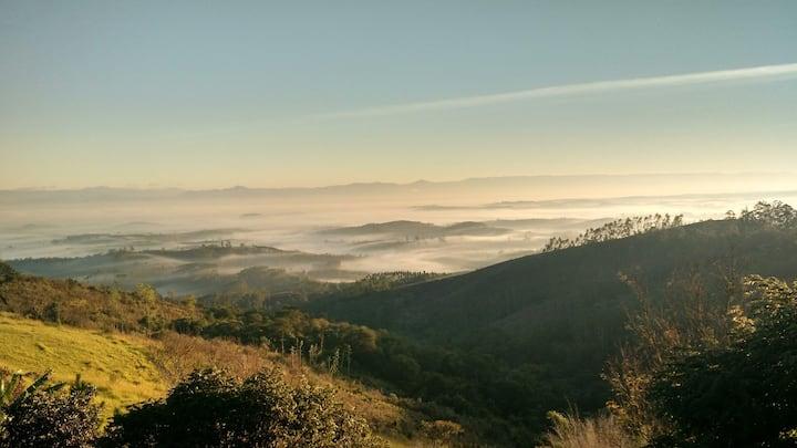 Paz no topo da montanha em sítio agroflorestal