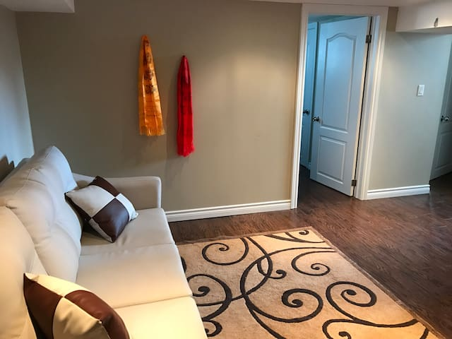 Entire Two Bedrooms Appartment for Toronto Visitor