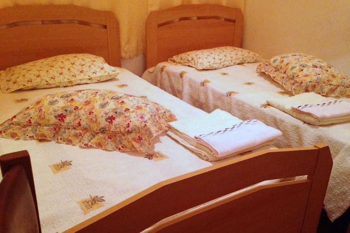 Room, 2 min to the beach and the center. 2 beds