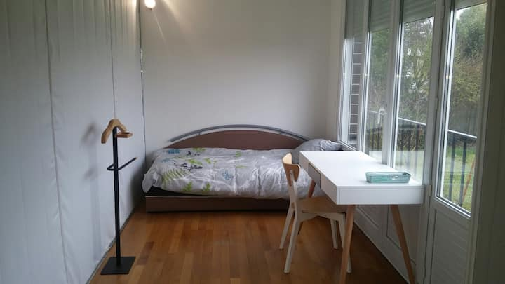 Petite chambre dans pavillon en colocation
