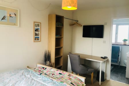 En suite double room, 5min walk from Corsham