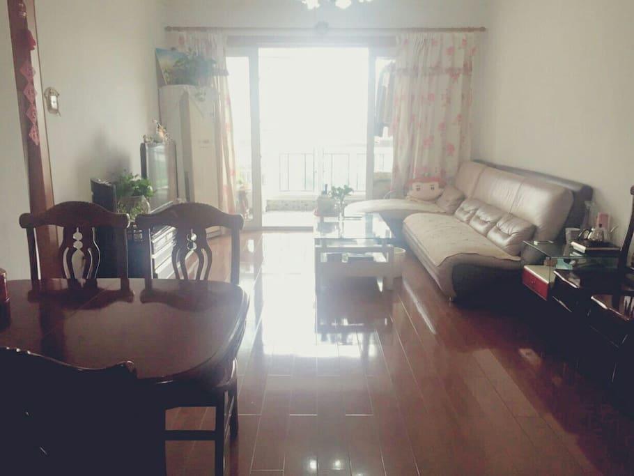 客厅,非常宽敞,有立式空调,电视机,配小米盒子