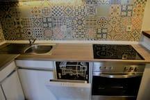 Küche mit Geschirrspüler und Ceran-Kochfeld