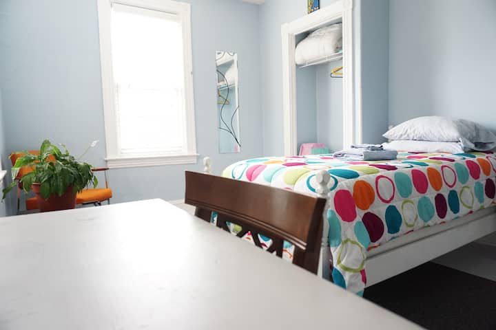 Cheery Room for Single Travelers on Buchanan Park