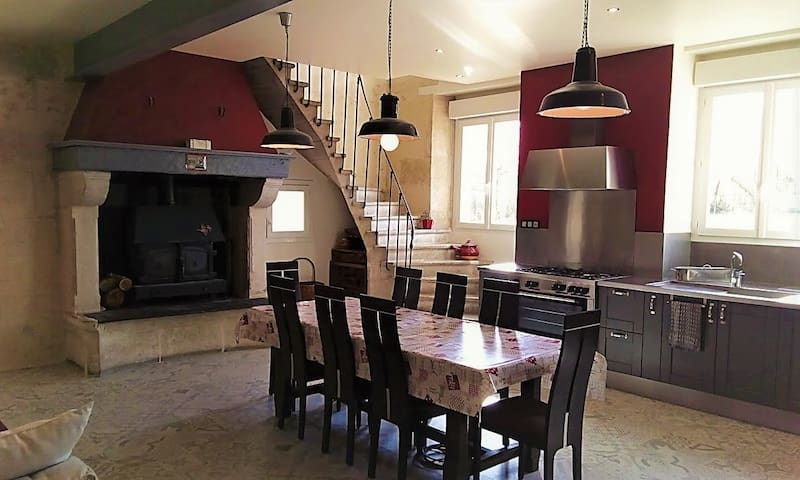 cuisine où l'on partage les petits déjeuners et dîners avec sa cheminée