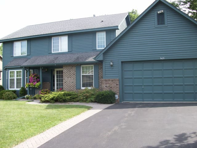Quiet home close to both downtowns - Eagan - Huis