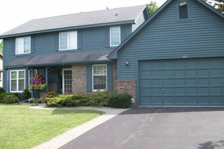 Quiet home close to both downtowns - Eagan - House - 0